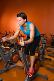 Frauen-Übungstraining Aerobic spinnendes an der Turnhalle Stockbilder