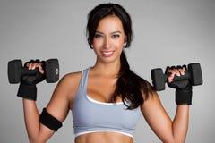 Frauen-anhebende Gewichte lizenzfreie stockfotos