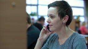 Frauen-Arbeit über Tischrechner im Büro stock video