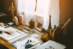 Frauen-arbeitendes in Handarbeit machendes Projekt-Konzept des Entwurfes Hippie-Tabelle stockfotografie