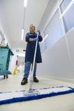 Frauen am Arbeitsplatz, ausgedehnter Fußboden des weiblichen Reinigungsmittels Lizenzfreie Stockfotos