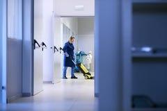 Frauen am Arbeitsplatz, waschender Fußboden des weiblichen Reinigungsmittels Stockbilder