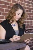 Frauen-Archivierung heraus ein Formular stockfotos