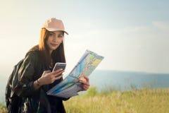 Frauen asiatisch mit dem hellen Rucksack, der eine Karte betrachtet Ansicht von BAC stockfoto