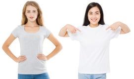 Frauen asiatisch und Kaukasier im leeren Schablonent-shirt lokalisiert auf weißem Hintergrund Girlsl in den T-Shirts mit Kopienra lizenzfreies stockfoto