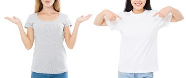 Frauen asiatisch und Kaukasier im leeren Schablonent-shirt lokalisiert auf weißem Hintergrund Girlsl in den T-Shirts mit Kopienra stockbild