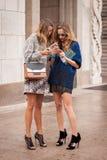 Frauen außerhalb Marco De Vincenzo-Modeschauen, die für Milan Womens Mode-Woche 2014 errichten Stockbilder