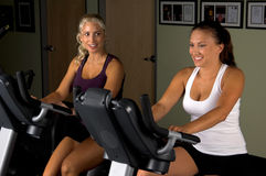 Frauen auf Übungs-Fahrrädern Stockfotografie