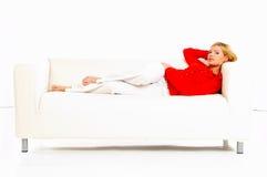 Frauen auf Couch Stockfotos