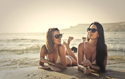 Frauen auf dem Strand stockbild
