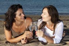 Frauen auf dem Strand mit Champagner Lizenzfreie Stockbilder