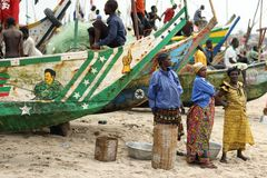 Frauen auf dem Strand in Winneba, Ghana stockfotografie
