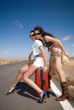 Frauen auf der Straße, die ein Auto wartet Stockfotografie