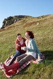 Frauen auf Landpicknick Stockfotos
