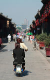 Frauen auf Moped in der alten Stadt von Pingyao Lizenzfreie Stockfotos