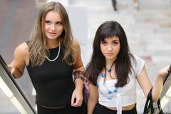 Frauen auf Rolltreppe stockbild