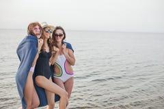 Frauen auf Strand mit Plaid nach der Glättung, Sommerferien, Feiertage, Reise stockfotografie