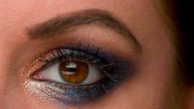 Frauen-Auge mit künstlerischem buntem Make-up stock footage