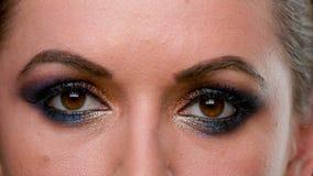 Frauen-Augen mit dunklem Make-up stock footage