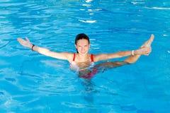 Frauen-Ausdehnung im Wasser Lizenzfreies Stockbild