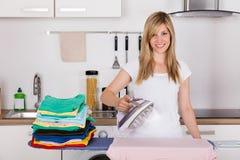 Frauen-bügelnde Kleidung mit elektrischem Eisen lizenzfreies stockfoto