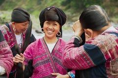 Frauen bürsten und reden Haar in Longji, China an Lizenzfreies Stockbild