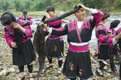 Frauen bürsten und reden Haar in Longji, China an Stockbild