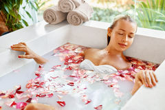Frauen-Badekurort-Blumen-Bad aromatherapy Entspannungsrose bathtub schönheit stockfotos