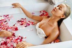 Frauen-Badekurort-Blumen-Bad aromatherapy Entspannungsrose bathtub schönheit lizenzfreies stockbild