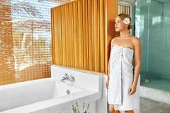 Frauen-Badekurort-Körperpflege-Behandlung Blume Rose Bath Schönheit, skincare Lizenzfreies Stockbild