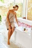 Frauen-Badekurort-Körperpflege-Behandlung Blume Rose Bath Schönheit, skincare Lizenzfreies Stockfoto