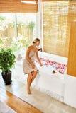 Frauen-Badekurort-Körperpflege-Behandlung Blume Rose Bath Schönheit, skincare Lizenzfreie Stockfotos