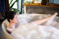 Frauen badeten in eine Badewanne mit Glück Lizenzfreie Stockbilder