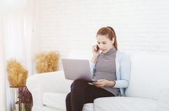 Frauen bearbeiten und haben Druck stockbilder