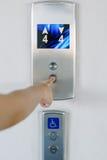 Frauen bedrängen Finger hinunter den Aufzug Stockfotos
