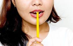 Frauen beißen den Bleistift stockbilder