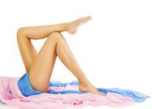 Frauen-Bein-Schönheit, Körper-Hautpflege, vorbildliches Lying auf Weiß Stockbild