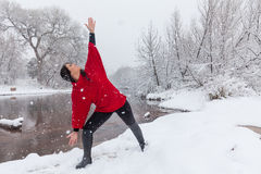 Frauen-übendes Yoga im Schnee Lizenzfreie Stockfotografie