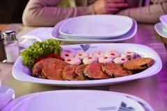 Frauen bereit zum Dienen des Abendessens Stockbilder