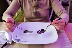 Frauen bereit zur Mahlzeit Stockbilder