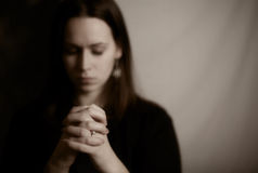 Frauen-Beten stockfotografie