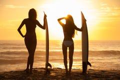 Frauen-Bikini-Surfer-Mädchen-u. Surfbrett-Sonnenuntergang-Strand lizenzfreie stockfotografie