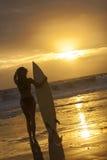 Frauen-Bikini-Surfer u Lizenzfreies Stockbild
