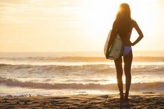 Frauen-Bikini-Surfer u lizenzfreie stockfotografie