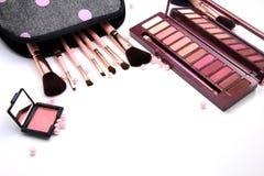 Frauen bilden Kosmetiktasche und Satz von professionellen dekorativen, Make-upwerkzeugen und von Zusatz auf weißem Hintergrund Sc stockfotografie