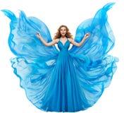Frauen-blaues Kleid, Mode-Modell im langen wellenartig bewegenden Kleid als Flügeln, fliegendes Gewebe stockfotografie