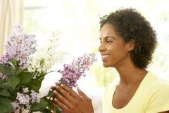Frauen-Blume, die zu Hause anordnet Lizenzfreie Stockbilder
