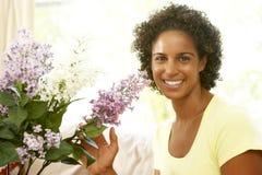 Frauen-Blume, die zu Hause anordnet stockbild