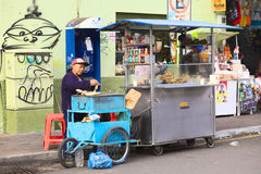 Frauen-Bratbananen auf Straße in Banos, Ecuador stockfotografie