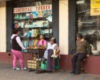 Frauen-Bratbananen auf Straße in Banos, Ecuador lizenzfreies stockfoto